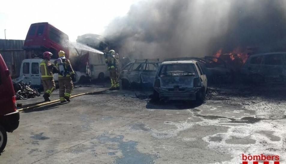 L'incendi s'ha produït en una pila de vehicles en un ferroveller al Camí Vell de Garcia.