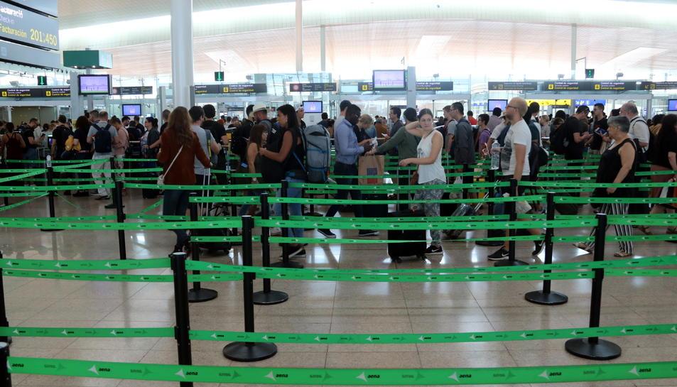 Imatge dels filtres de seguretat de l'aeroport del Prat aquest 30 d'agost de 2019.