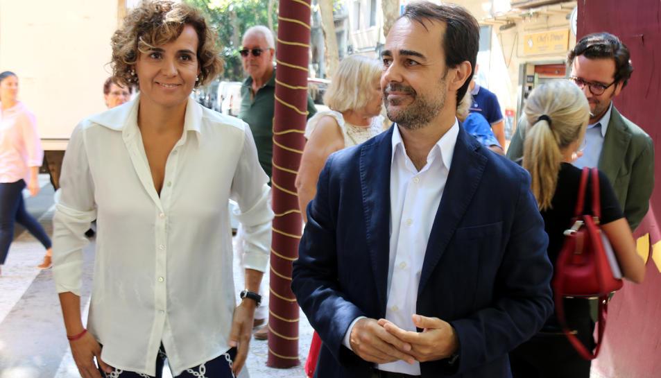L'eurodiputada del PP, Dolors Montserrat, i el regidor del PP a Barcelona Óscar Ramírez, visiten les festes de Sants.