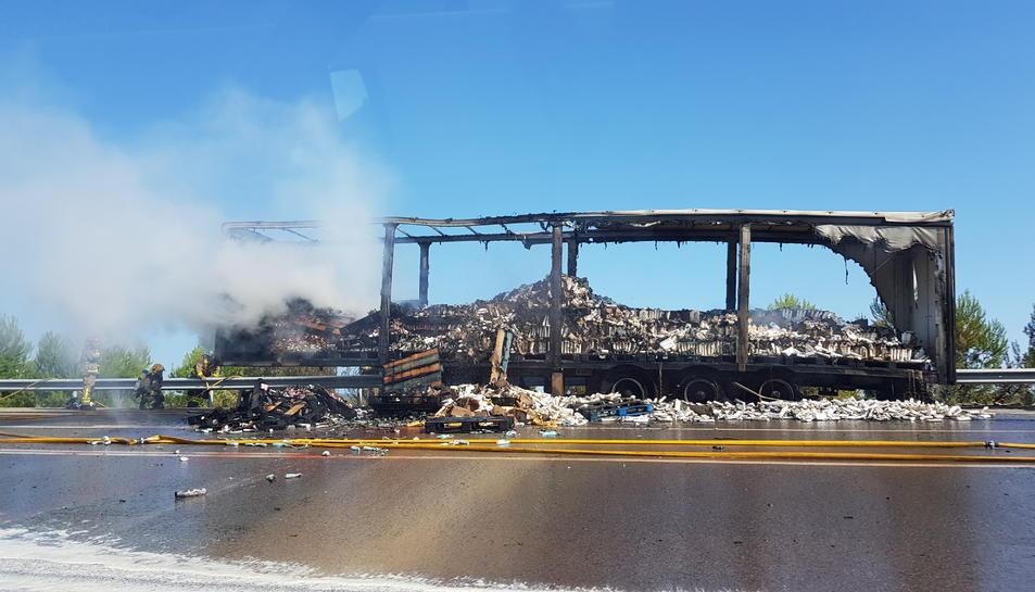 Pla general del camió que transportava xampú i sabó que s'ha incendiat a l'AP-7.