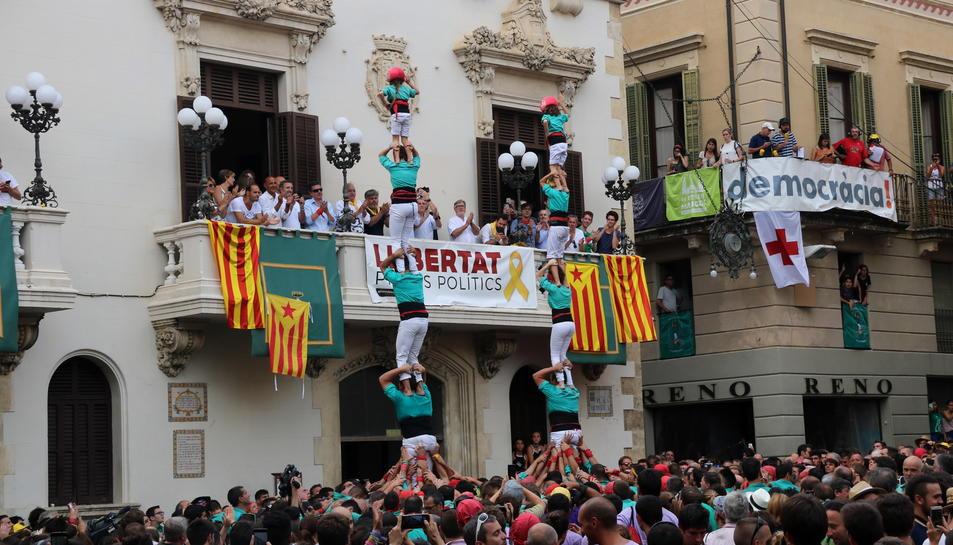 Pla general dels dos pilars de 5 descarregats pels Castellers de Vilafranca a la diada de Sant Fèlix.