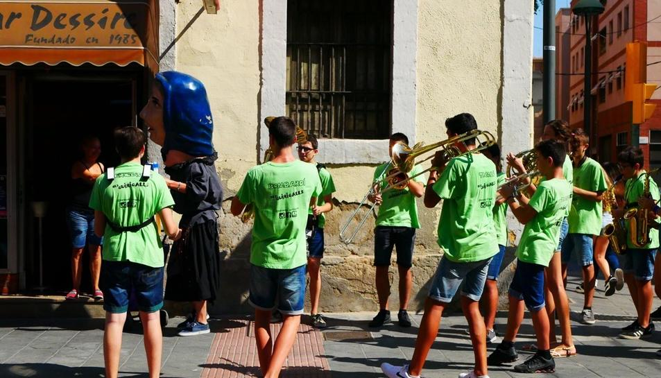 La Sargidora ha visitat els comercos del barri acompanyada de .a Xaranga Guirigalls.