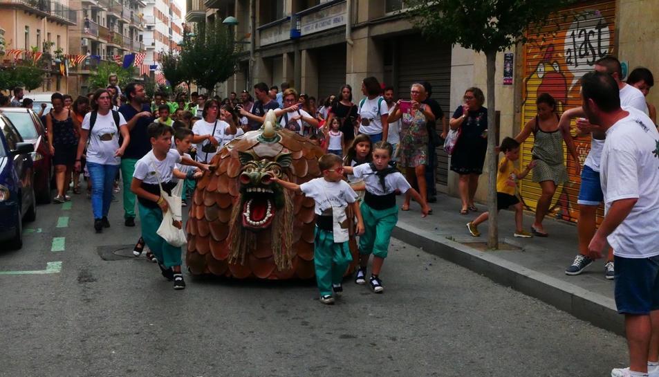 Imatge de la Cucafera Petita guiada per la canalla al carrer Sant Miquel.