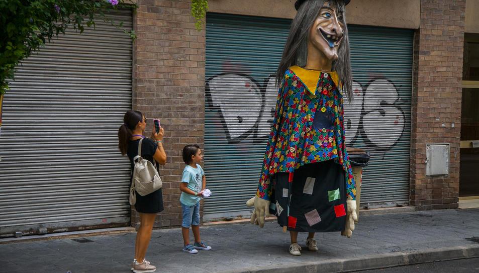 La Bruixa del Port, ahir al matí, va presidir els darrers actes de les festes del barri.