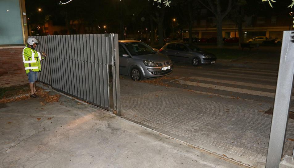 Un operari de la Brigada Municipal barra l'accés durant les nits.