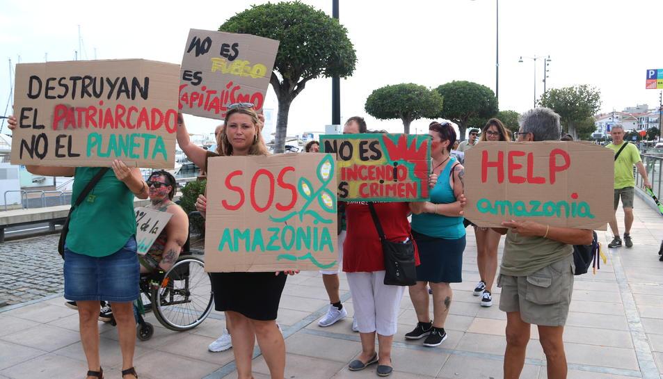 Pla general d'un grup de manifestants amb cartells reivindicatius durant la protesta en defensa de l'Amazònia que s'ha organitzat a Cambrils. Imatge de l'1 de setembre del 2019 (Horitzontal).