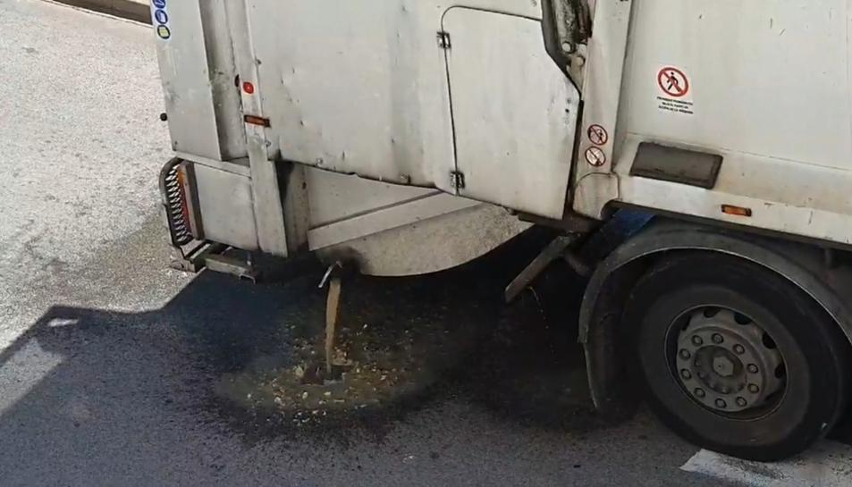 Ahir mateix, un veí del barri denunciava la brutícia que vessava un camió de neteja.
