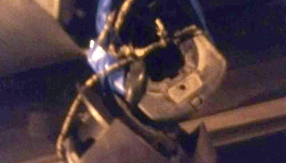 Una imatge del retrovisor arrencat la nit de diumenge.