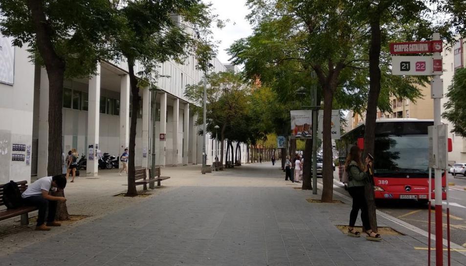 Un autobús aturat davant el Campus Catalunya.