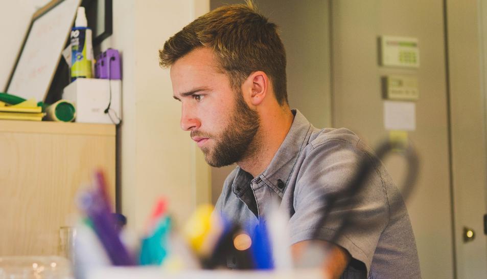 Imatge d'un noi al seu lloc de treball.