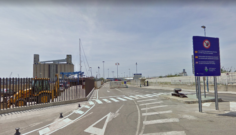 Accés a la zona portuària on es troben la major part de les empreses afectades per l'avaria.