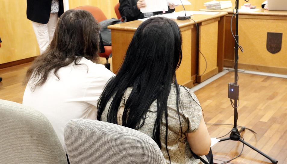 D'esquenes, els pares de Girona jutjats per abandonament de família per absentisme escolar.