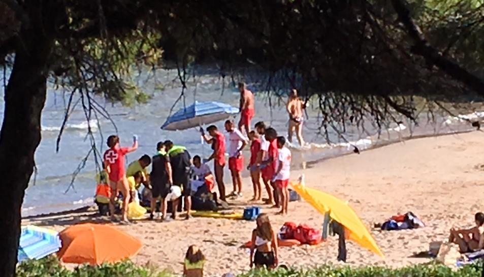Els sanitaris atenent a l'home a la platja dels Capellans.