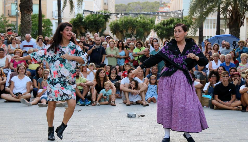 Pla general de les ballarines Carme Balagué i Sònia Gómez durant l'espectacle 'A vore'.