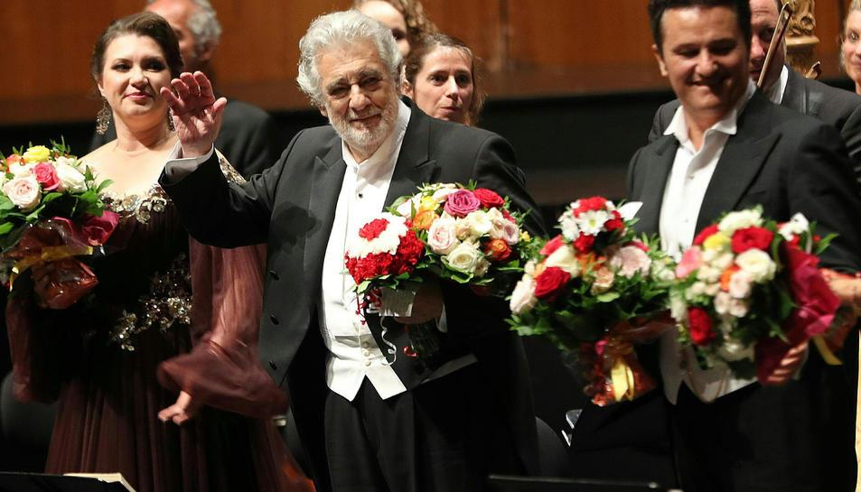 El tenor Plácido Domingo, saludant mentre rep una ovació a Salzburg, Àustria.