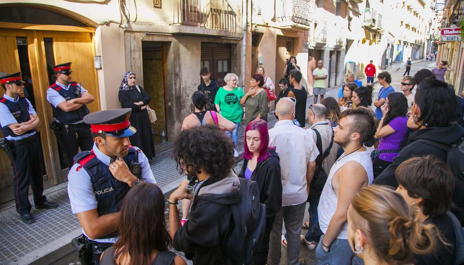 Agents dels Mossos han acompanyat la comitiva judicial durant el procés de desnonament.