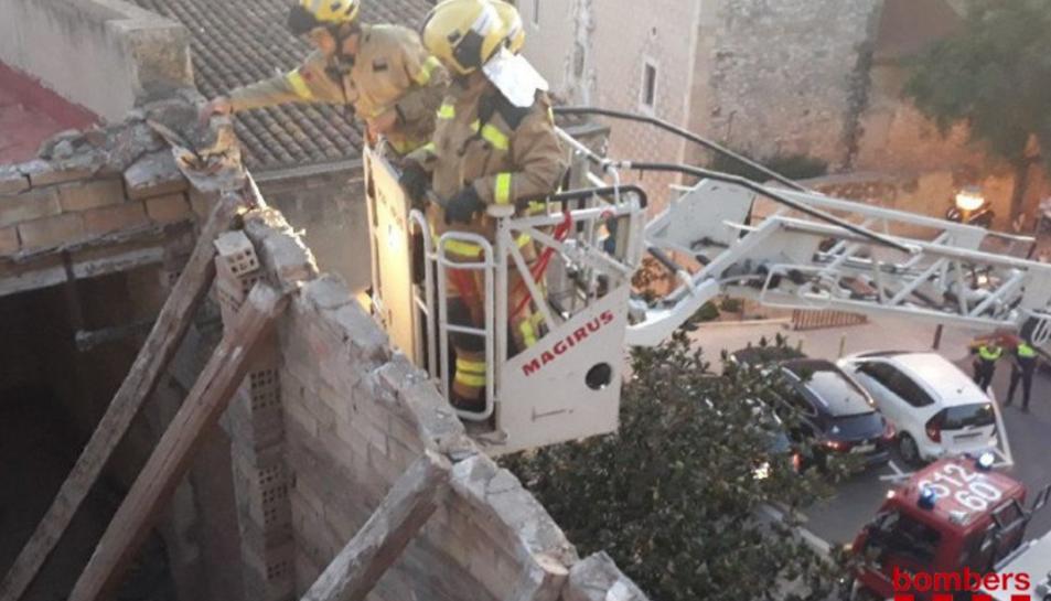 IMatge de Bombers a la teulada esfondrada a Constantí.