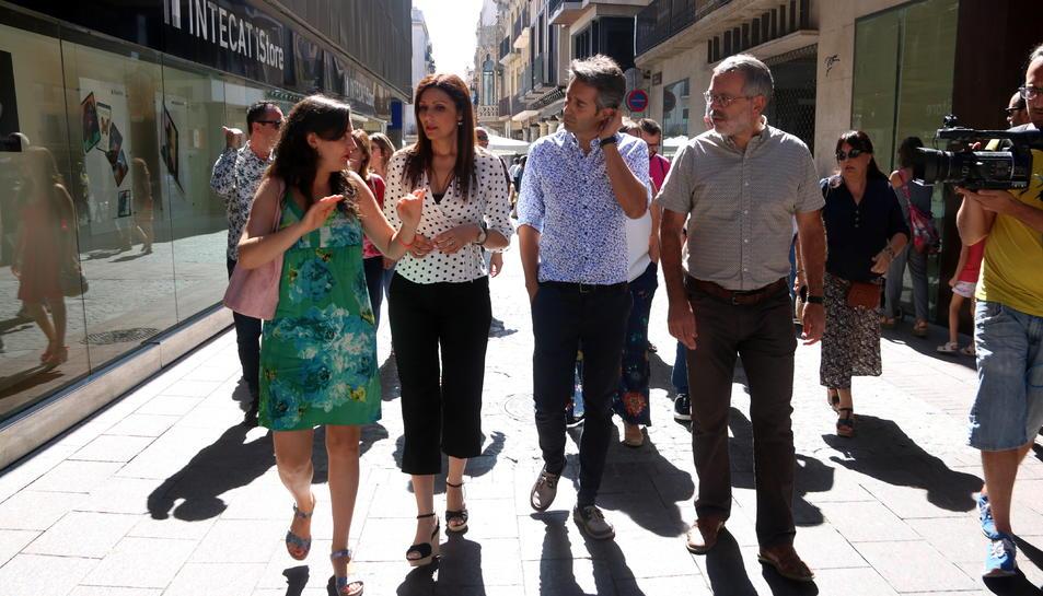 La portaveu nacional de Cs, Lorena Roldán, acompanyada de membres del partit, passejant pels carrers del centre de la ciutat de Reus.