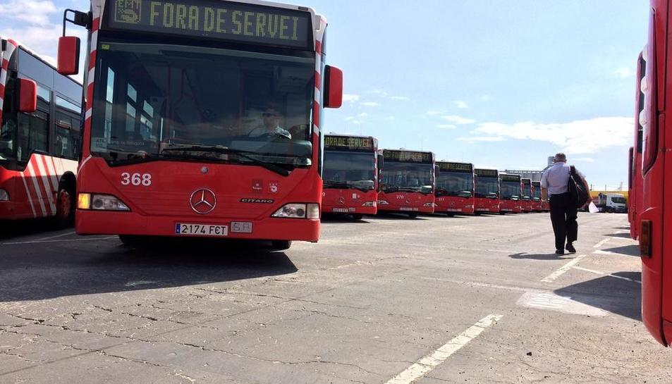 Desenes d'autobusos de l'EMT, en una imatge d'arxiu, esperant a transportar els tarragonins.