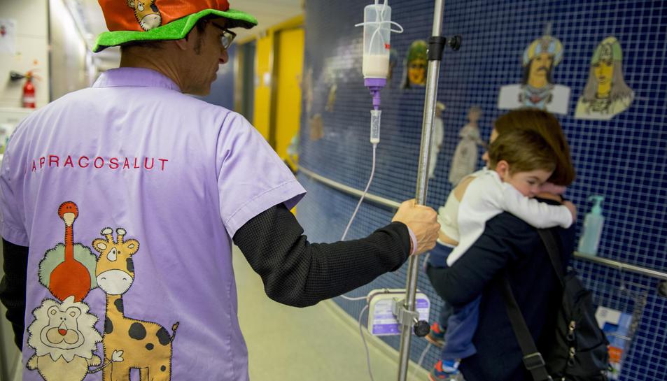 Un voluntari de TarracoSalut fent assistència pediàtrica.
