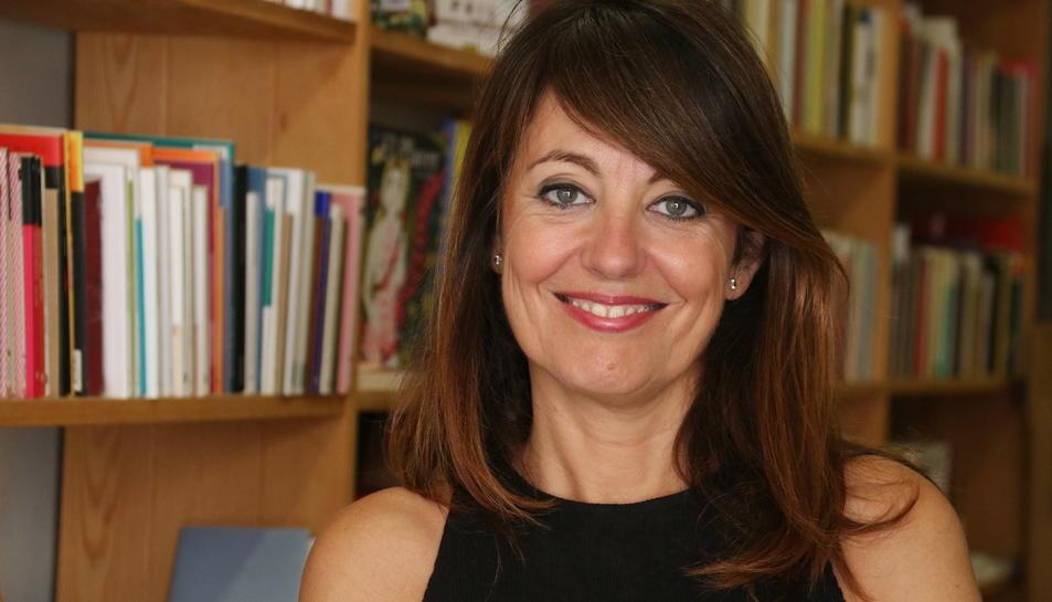 Primer pla de l'autora d''Els impostors', Pilar Romera, a la Llibreria Calders.