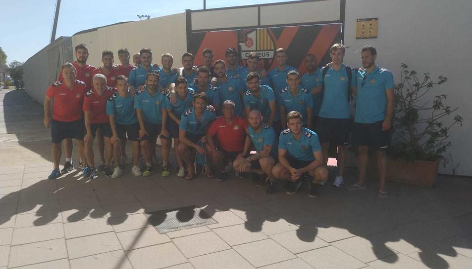 Els jugadors del Vilafranca a la porta de l'Estadi Municipal de Reus