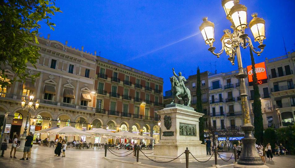 Els fanals de la plaça, de nou il·luminats ahir al vespre.