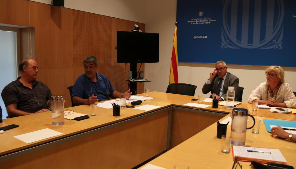 El delegat del Govern a les Terres de l'Ebre, Xavier Pallarès, a la dreta, parlant amb el representant del Copate, Joan Castor Gonell, durant la comissió de seguiment de la mosca negra.