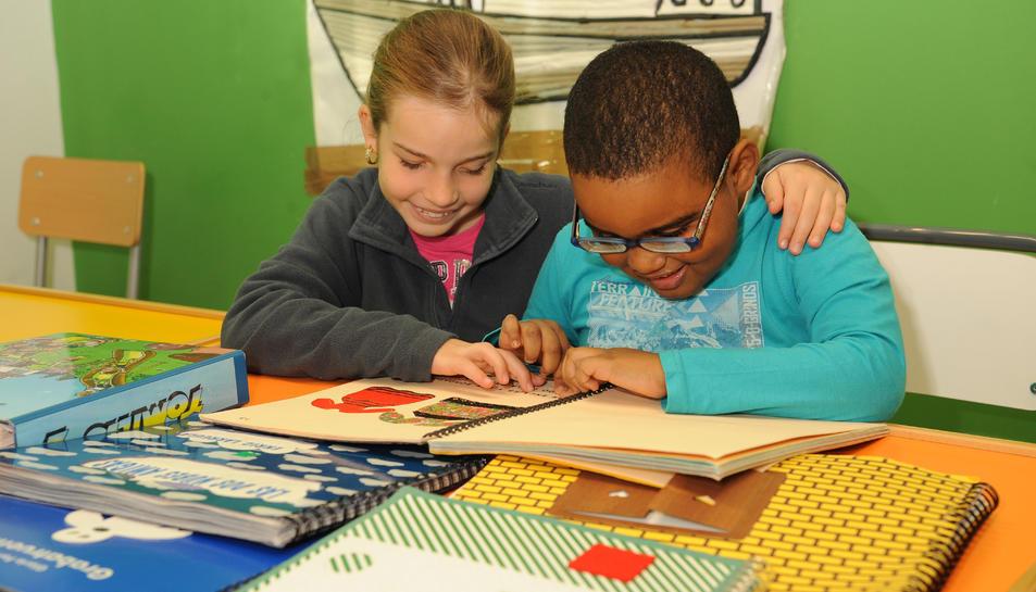 Dos nens utilitzant material accessible.