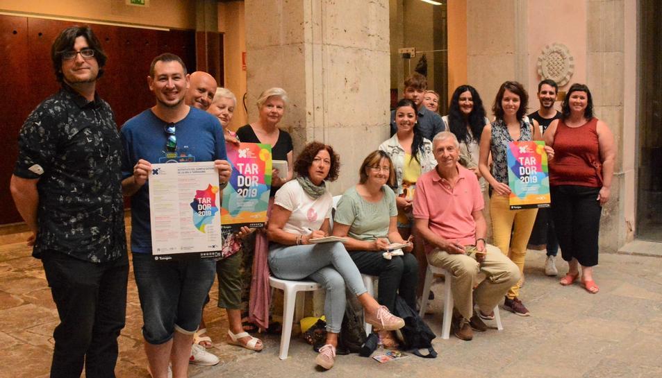 La consellera Carla Aguilar-Cunill amb l'equip dels centres cívics juntament amb alumnes del taller de dibuix ràpid.