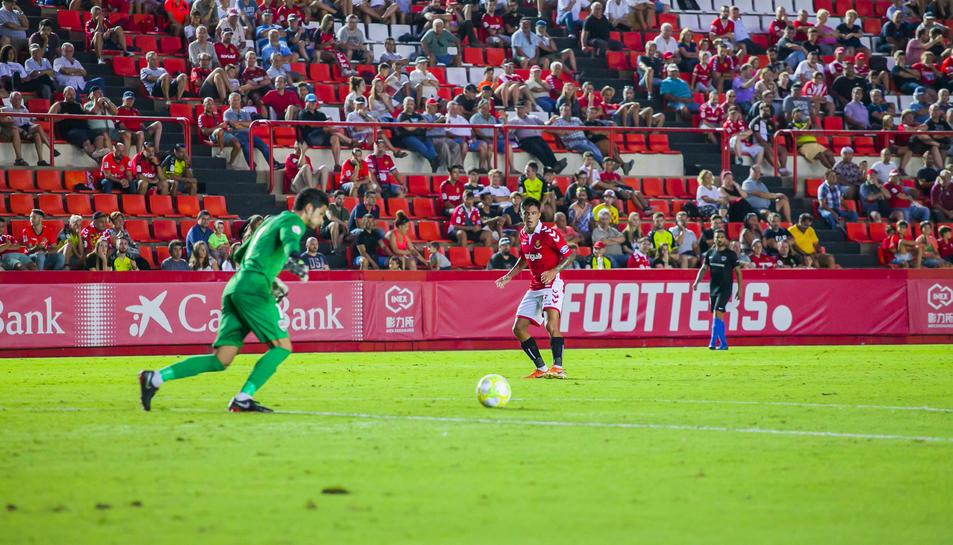 Roger Brugué observant el porter rival en el partit disputat el passat diumenge al Nou Estadi.