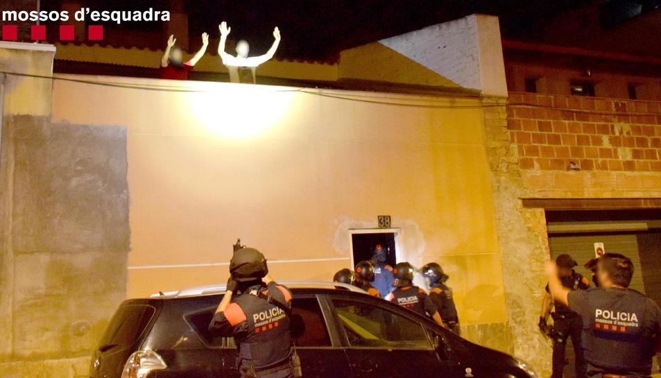Imatge d'agents dels Mossos d'Esquadra en el moment de la detenció dels individus.