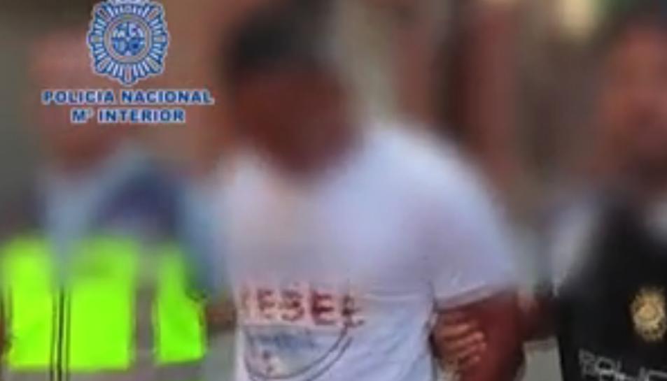 Imatge del moment en què la Policia Nacional deté l'home.