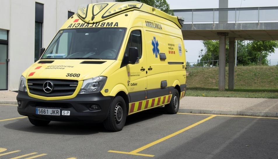 Pla general d'una ambulància de Suport Vital Avançat (SVA) aparcada a la base assistencial del SEM a l'Hospital de Sant Joan de Reus.
