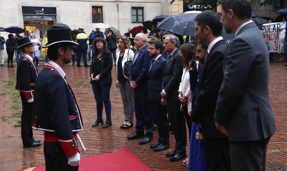 El president del Govern, Quim Torra, amb els consellers, fent l'ofrena al Fossar de les Moreres.