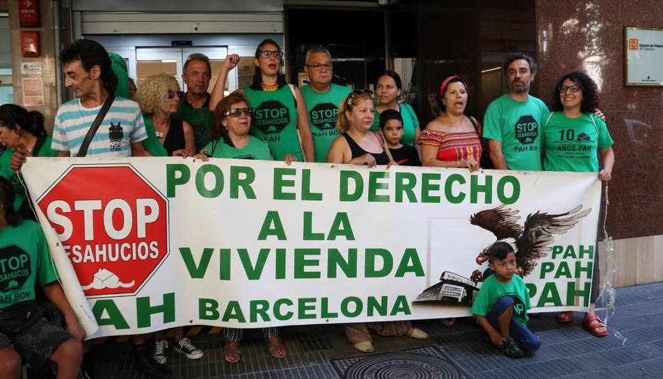 Imatge general de membres de la PAH a les portes de l'Agència d'Habitatge de Catalunya.