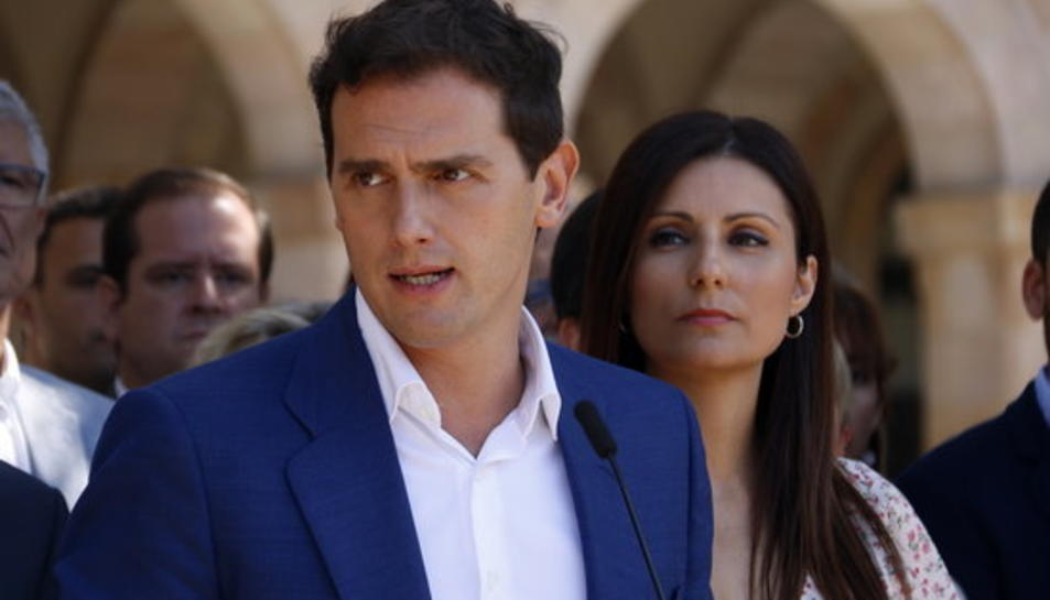 Primer pla del president de Ciutadans, Albert Rivera, amb Lorena Roldán, portaveu al Parlament, en segon pla.