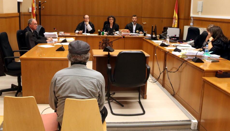 Pla mitjà de l'acusat d'abusar de menors en cinemes del Maresme abans del judici a l'Audiència.