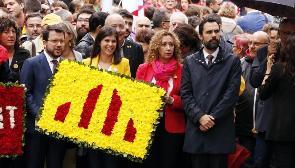 Pla frontal de la comitiva d'ERC en l'ofrena al monument de Rafael Casanova.