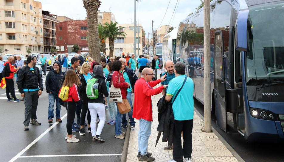 Pla general de la cua de persones esperant pujar als busos organitzats per l'ANC a Amposta.