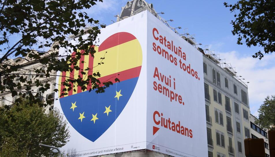 Pancarta de Cs amb el lema 'Catalunya som tots. Avui i sempre'.