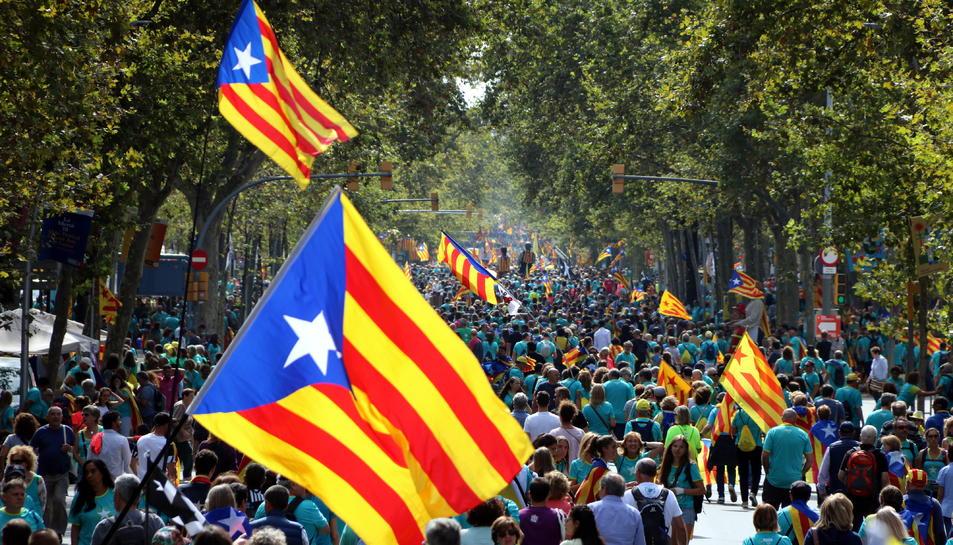 La Gran Via de Barcelona omplint-se per la manifestació de la Diada i amb un gran estelada en primer terme.