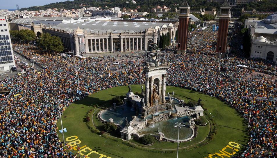 Imatge general amb alçada de la manifestació de l'ANC a la plaça d'Espanya.