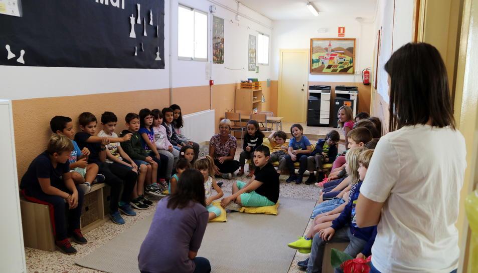 Els alumnes de la comunitat de mitjans de l'institut escola Montsant -amb els infants de 1r, 2n i 3r de primària- conversant en grup.