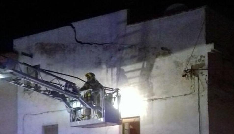 Imatge dels Bombers treballant en la revisió de l'esfondrament.