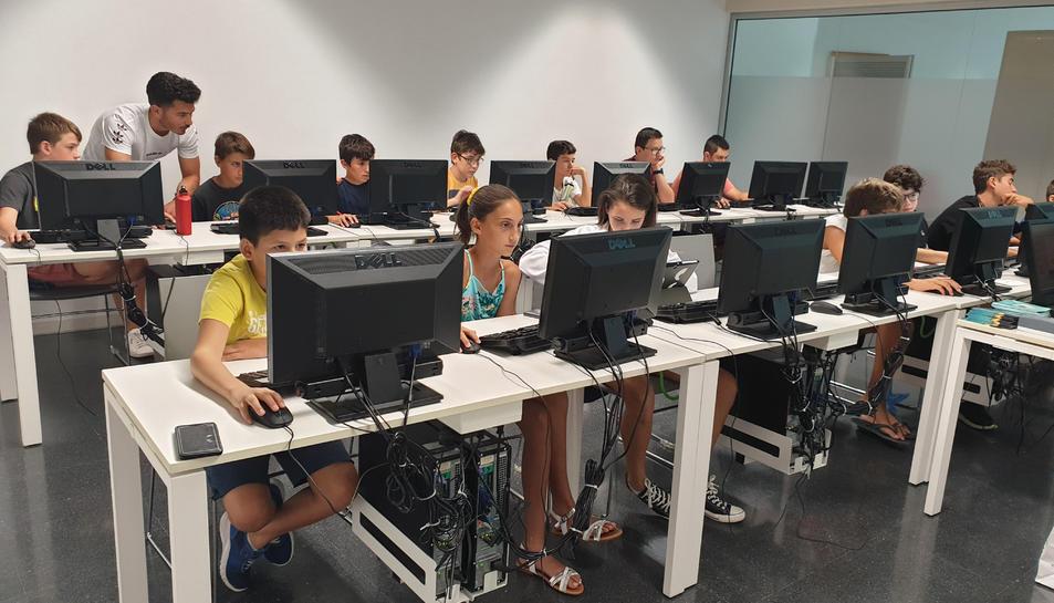 Imatge de joves utilitzant els ordinadors en un dels tallers programats.