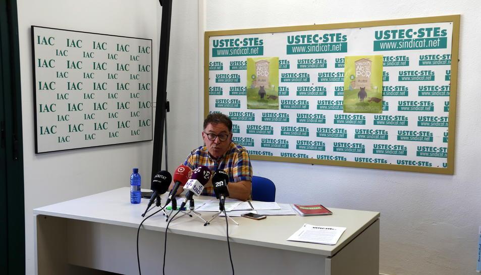 El portaveu d'USTEC –STEs a Tarragona, Juan Carlos Fejoo, en la roda de premsa.