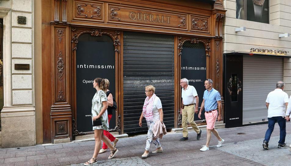 Imatge d'un cartell d'Intimissimi anunciant la seva obertura al local que ocupava la sastreria Queralt.