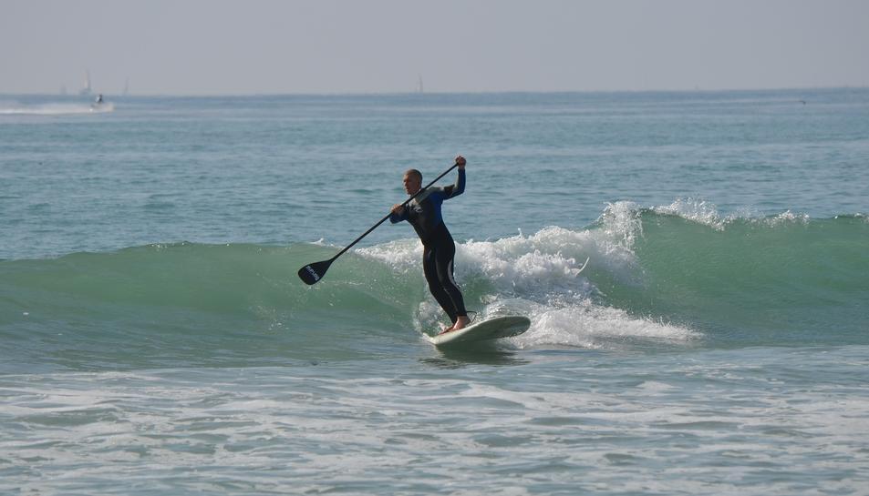 Imatge d'un jove praccticant Paddle Surf.