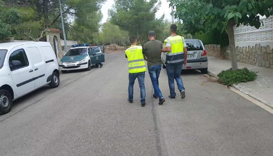 La Guardia Civil emportant-se un dels detinguts.